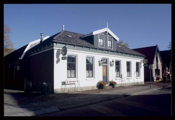 Herberg Het Moriaanshoofd in Wormer. Achter het café bevindt zich de kolfbaan van de clubs Moriaan en Togido. (Foto: W. de Jong, Gemeentearchief Zaanstad)