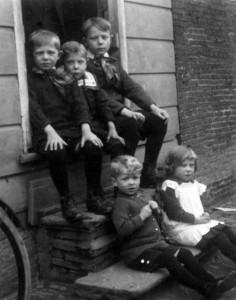 Foto 2 Kinderen van belgische vluchtelingen in Hoogendijk 64 zaandam.