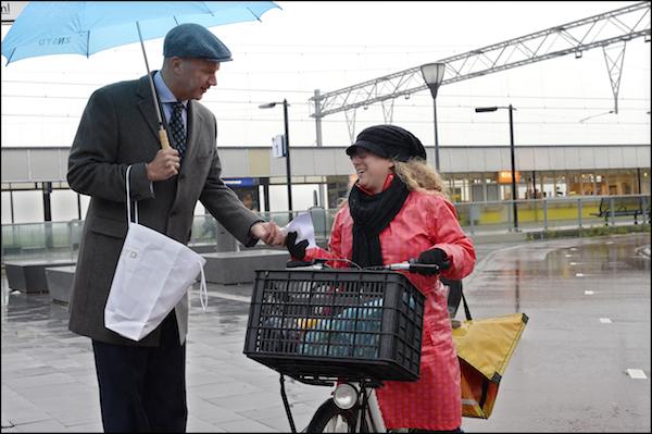 Opening staionsgebied Wormerveer, Wethouder Ady geeft fietslampjes weg. FOTOGRAFIE BART HOMBURG / GEMEENTE ZAANSTAD