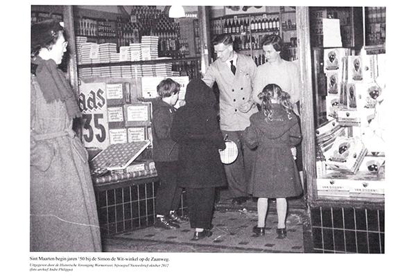 Sint Maarten begin jaren '50 bij de Simon de Wit-winkel op de Zaanweg