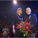 Ridderorde voor Piet de Koning bij zijn Afscheid in het Zaantheater 14 dec 2015 FOTOGRAFIE BART HOMBURG