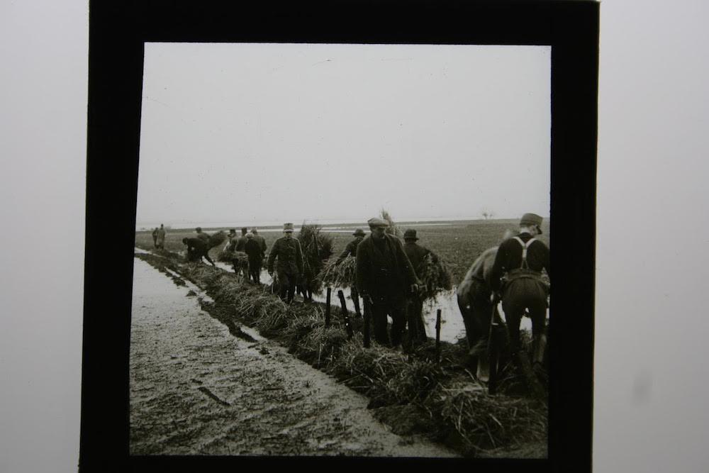12 C.J. Hofker werk aan de dijk