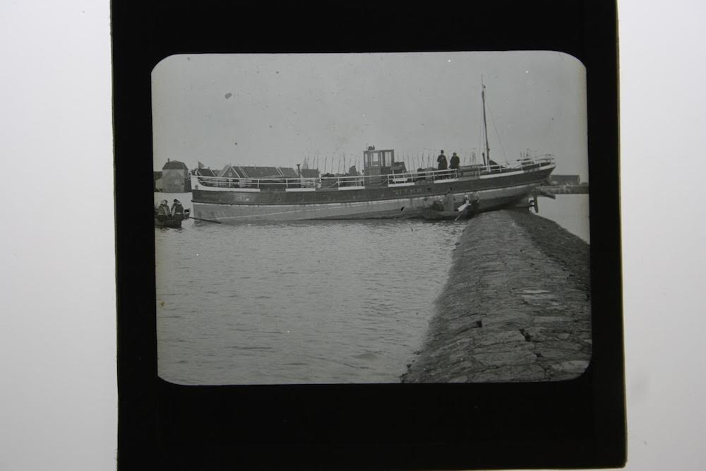 4 C.J. Hofker schip op dijk