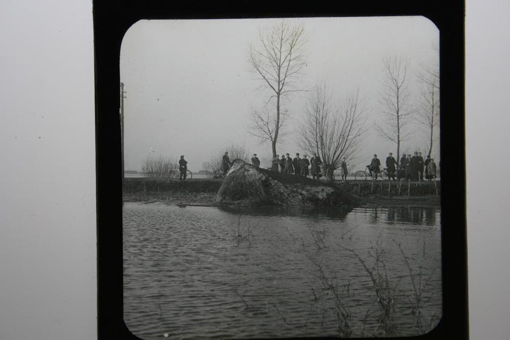 5 C.J. Hofker dijk met ramptoeristen
