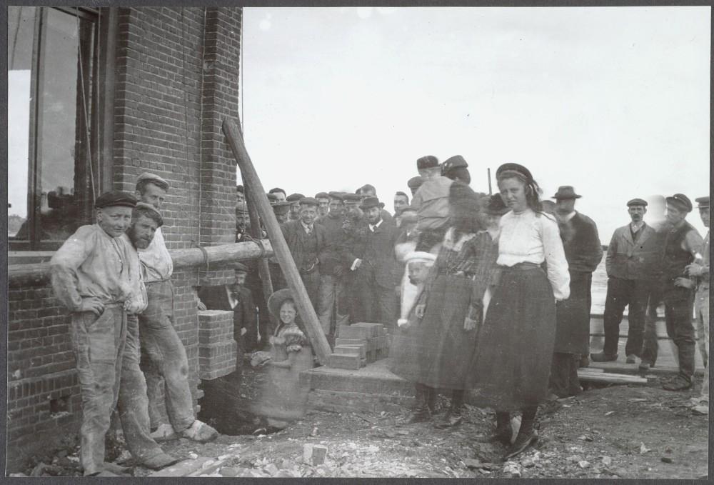 Eerste steenlegging bouw tekenkamer (1904) 2101072