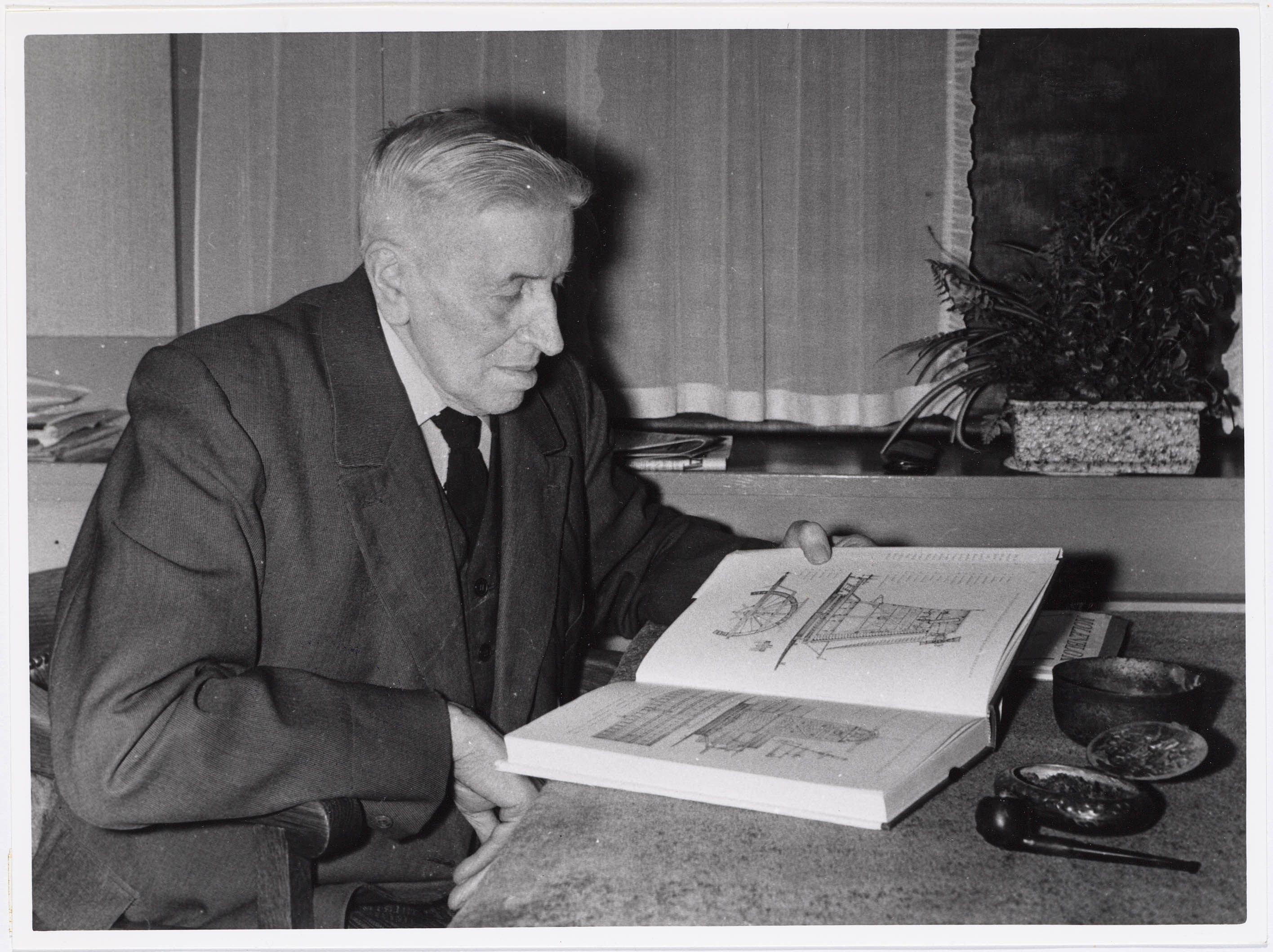 Pieter Boorsma met zijn boek Duizend Zaanse molens 2206008