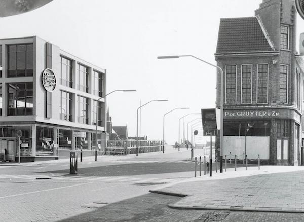 De Beatrixbrug is klaar. Links de nieuwe winkel van De Gruyter, rechts het oude pand, dat naderhand alsnog gesloopt zou worden in verband met de verkeersveiligheid.
