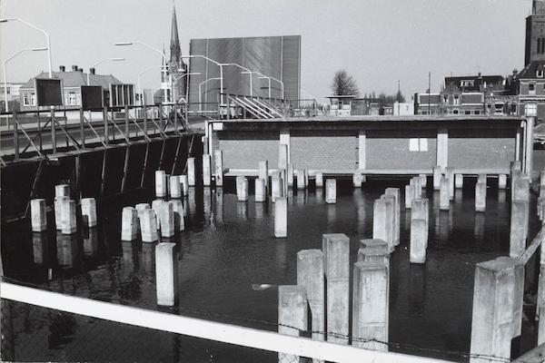 Het 'palenbos' bij de Beatrixbrug. V & D had Zaandam opgezadeld met een groot gat.