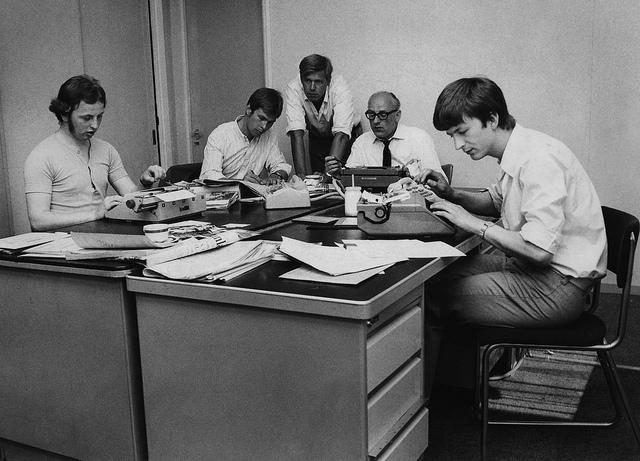 De Zaanlander-redactie in het Wormerveerse kantoor. Van rechts af: Martin Rep, Han de Jong, Fred Voorbergen, Coo Dijkman, Albert Meester. Foto Frits Rijkes.