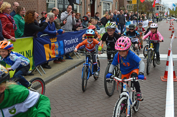 Ronde van NH activiteiten Kerkbuurt Assendelft. Luca Terpstra deed mee aan de dikke bandenrace.