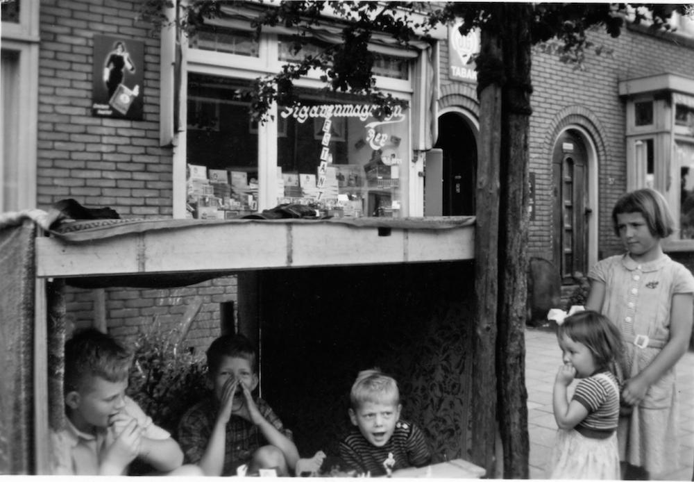 Plaatjeskerkmis bij Sigarenmagazijn Rep in Zaandam. De verkopers, vlnr: Tom Stom, ik, Arthur.