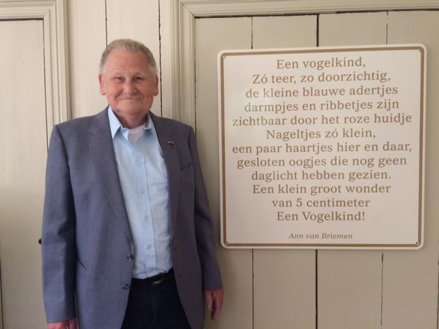 Jan van Briemen met bord Vogelopvang