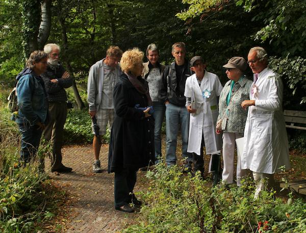 komt een plant bij dokter in heemtuin Zaandam foto Maaike Amstelveen