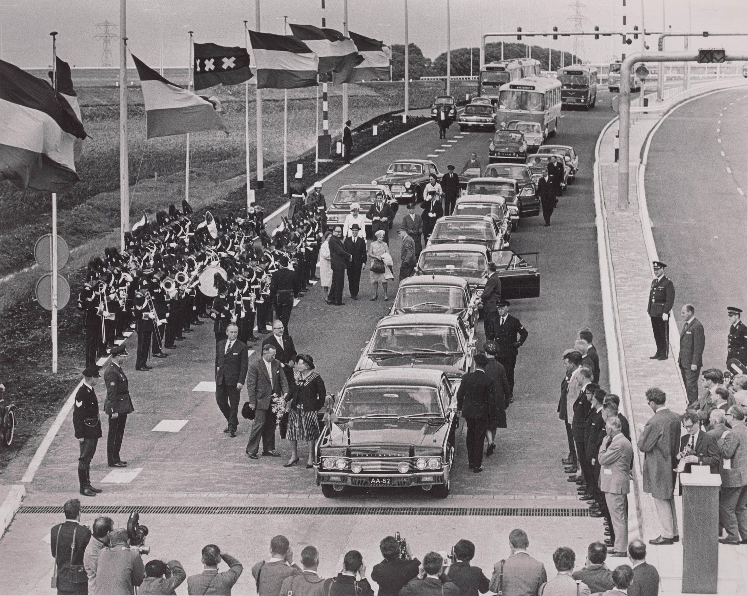 de-eerste-officieuze-file-voor-de-coentunnel-genodigden-bij-de-opening-in-1966-2205539-1
