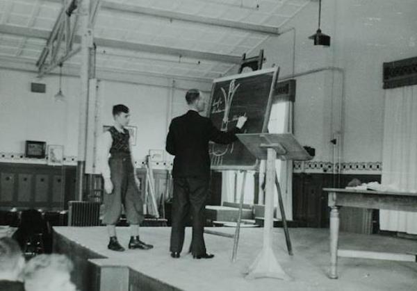 oosterhuis-geeft-les-recreatiezaal-verkade-1943