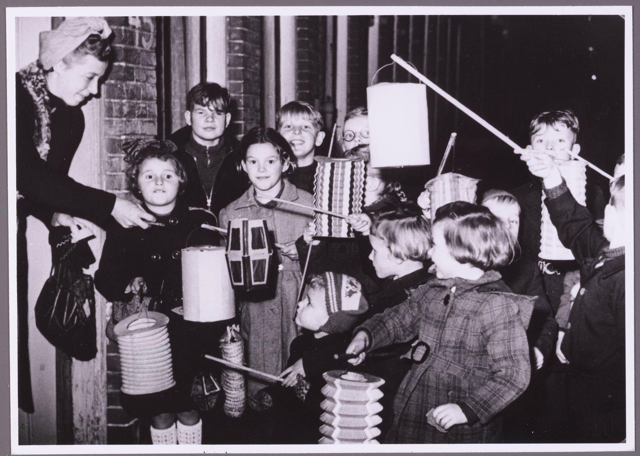 met-lampionnen-langs-de-deuren-11-november-1952-2127605