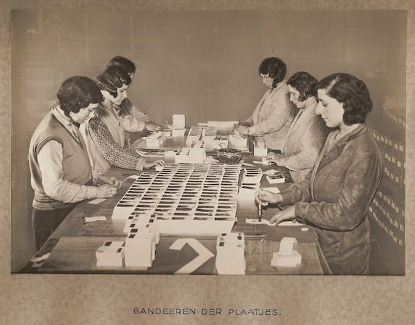 drukkerij-van-leer-co-fotoserie-over-het-drukken-van-de-verkadeplaatjes-1934-beeld-zaans-museum-collectie-sbcev