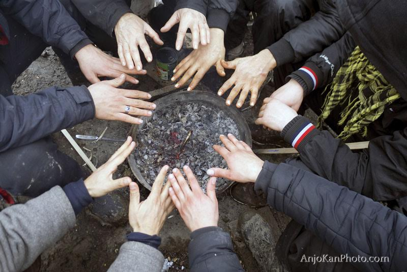 duinkerken-23-01-2016-een-groep-jongens-warmen-hun-handen-boven-gloeiende-kolen-het-vluchtelingenkamp-is-een-modderbad-alles-is-vies-nat-en-koud