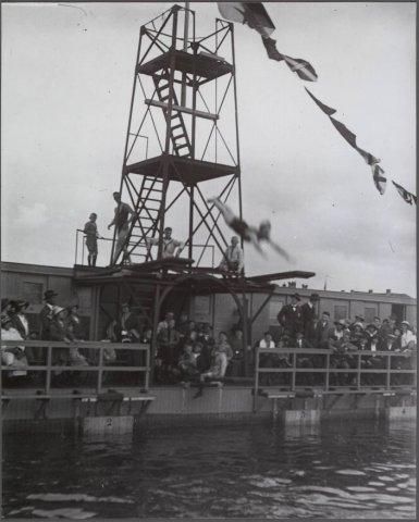 Stoer eilandzwemmers de orkaan - Zwembad toren ...