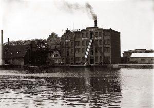 Zuideinde. Cacaofabriek Boon met pakhuizen Bahia en Trinidad, rechts Venezuela (verbrand 1928). Nabij het Weeshuis. Foto van rond 1920