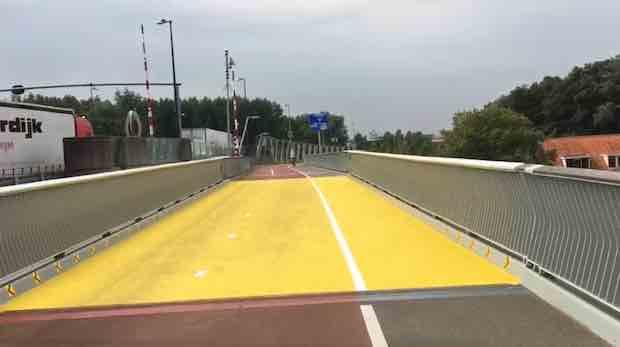 fietspad den uylbrug zaandam geel vlak