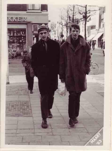 Misschien nog nuttig erbij: Rob Berghege en ik in de Westzijde, maart 1963. (Op dat moment hadden The Beatles hun eerste nummer 1 hit in de Britse Top Twenty, Please Please Me)