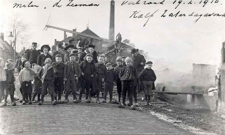 Kinderen op de foto bij de verbrande resten van Molen de Zeeman. De foto is gemaakt de volgende dag