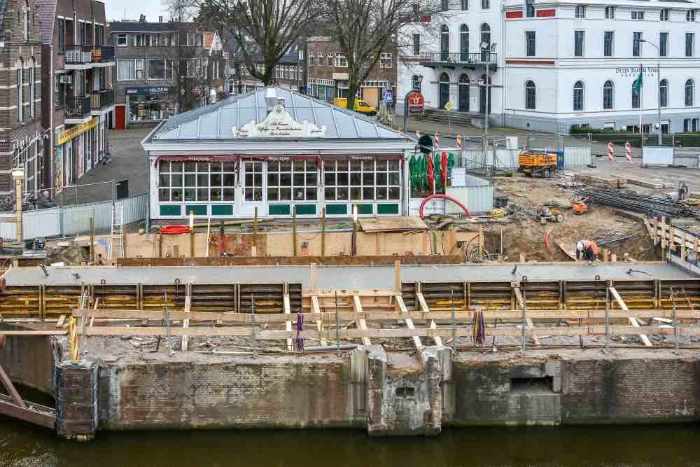 Maar er was ook vernieuwing bij de wilhelminasluis, een mooi betonnen werkvloertje werd er neer gelegd