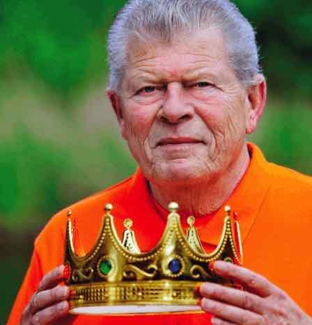 Henk Evenblij met carnavalskroon op het omslag van zijn boek 'Oranje Nazaat'.