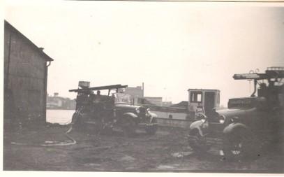 Brand in pakhuis Accra 1954. De brandweerspuiten
