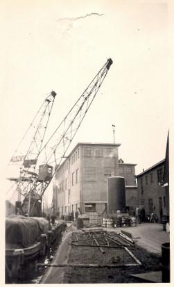 Een nieuwe olietank wordt geplaatst bij Stuurman in 1956