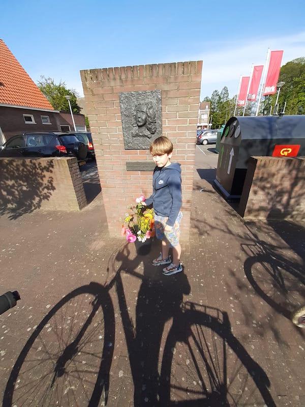 bloemen voor Hannie Schaft 3