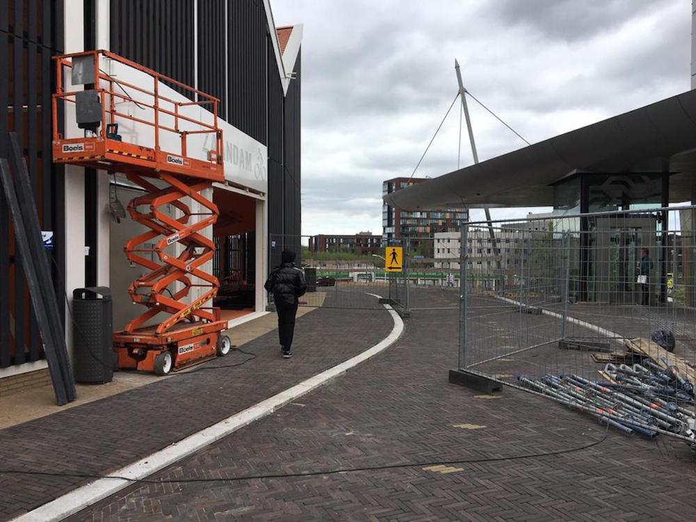 voetgangers door droogschuur station zaandam
