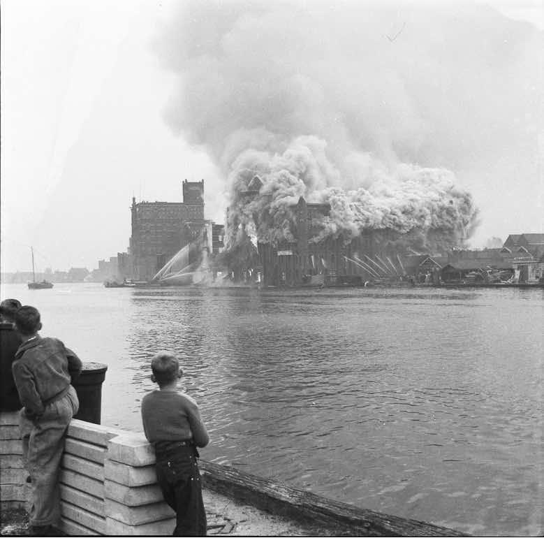 De jeugd spijbelde om de brand te kunnen zien Zaans Veem 1954