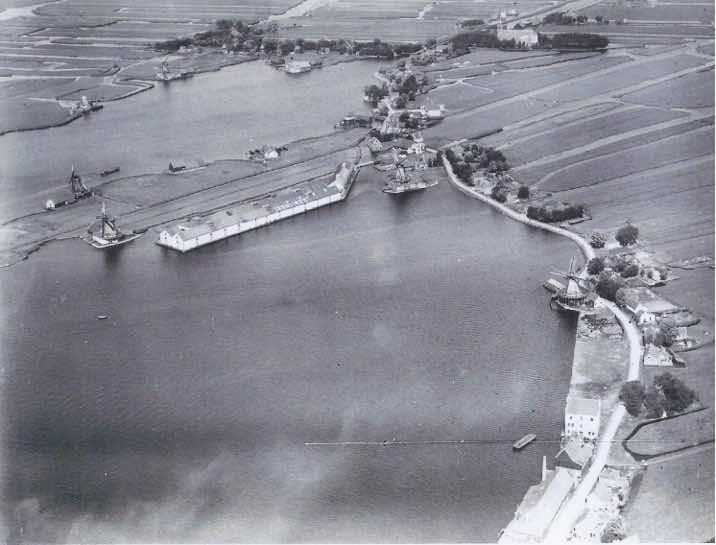 Zaandam Oostzijde met de Hemmes. Rechtsonder de fabriek Aurora met daaronder pakhuis de Onderneming